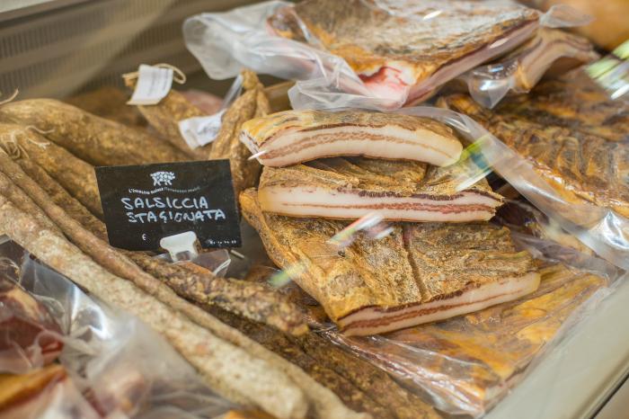 La pancetta e le salsicce stagionate di Bajta